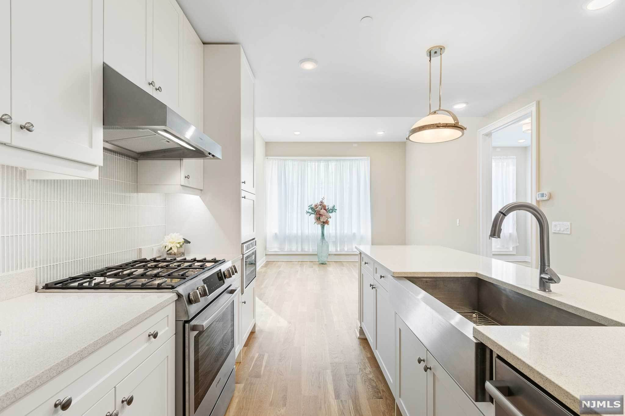 19. Condominium for Sale at 9 Somerset Lane #421 Edgewater, New Jersey, 07020 United States