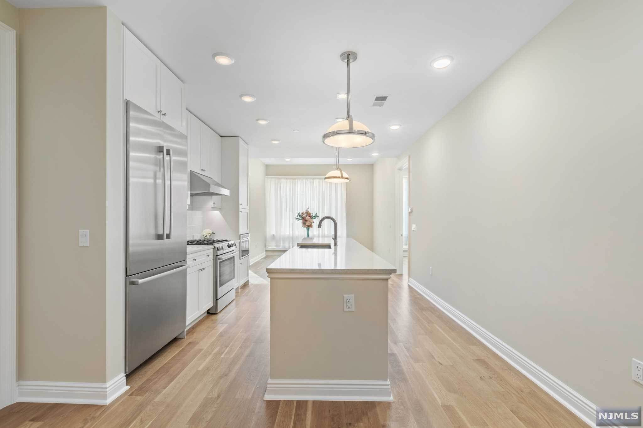 20. Condominium for Sale at 9 Somerset Lane #421 Edgewater, New Jersey, 07020 United States