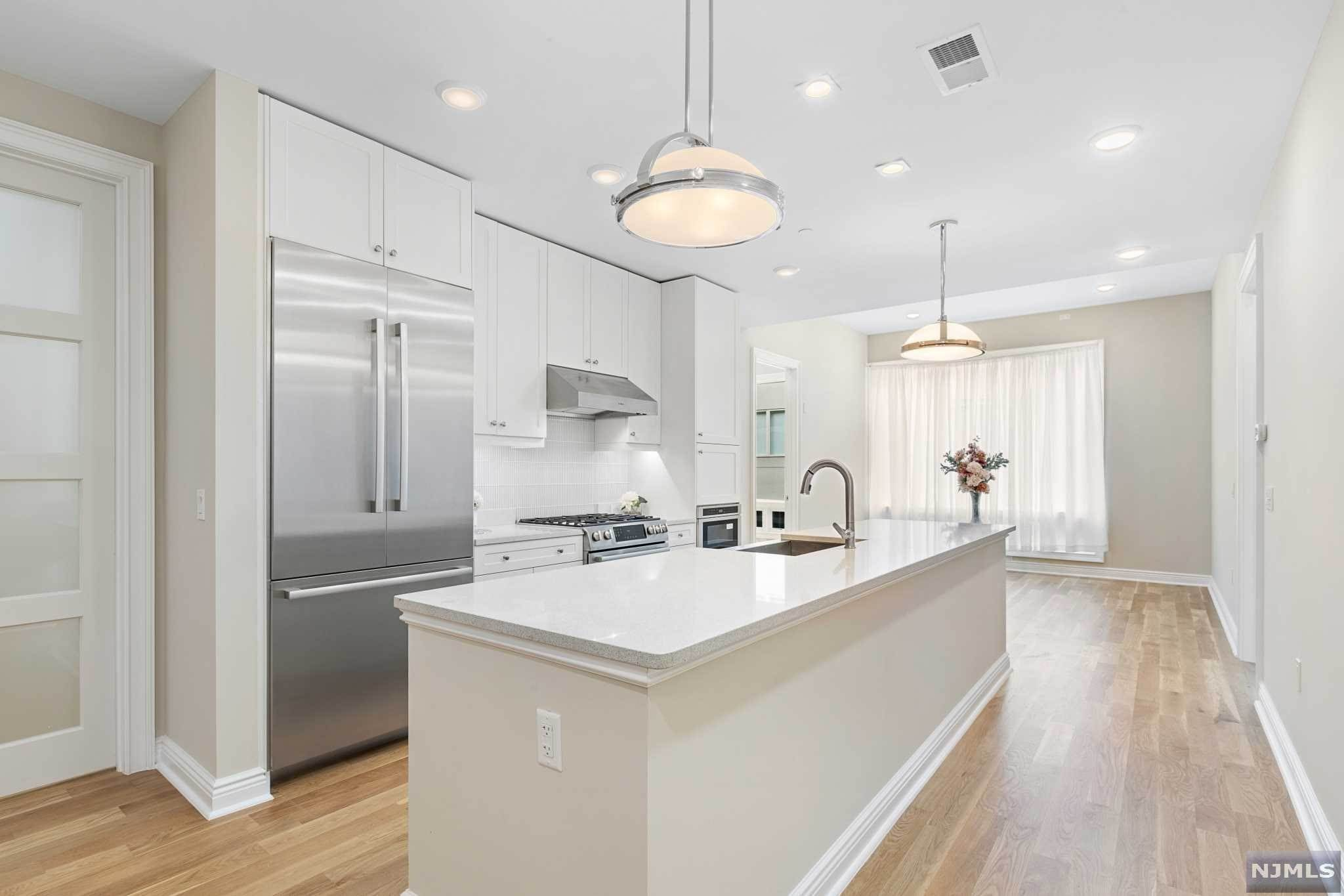 21. Condominium for Sale at 9 Somerset Lane #421 Edgewater, New Jersey, 07020 United States