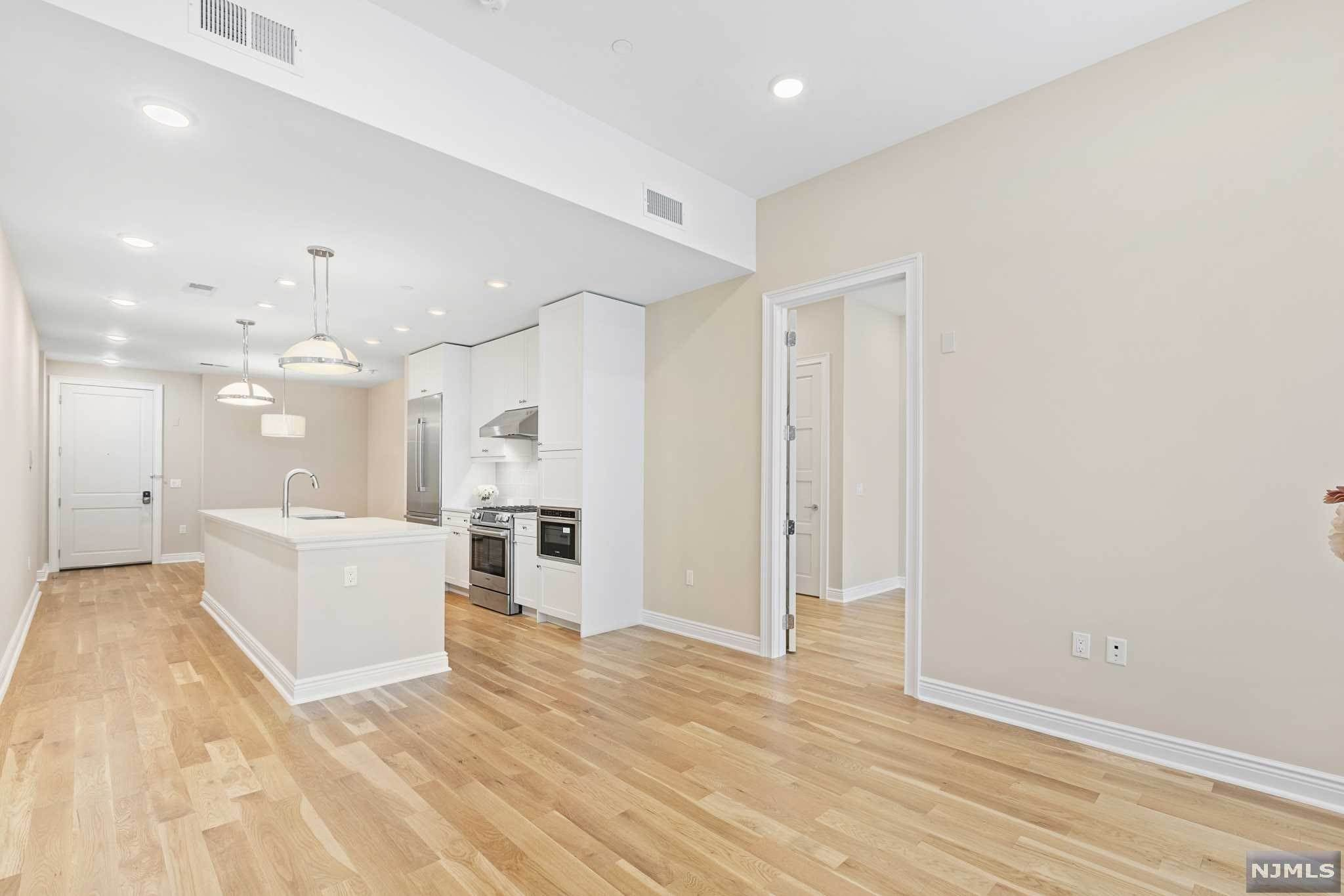 7. Condominium for Sale at 9 Somerset Lane #421 Edgewater, New Jersey, 07020 United States