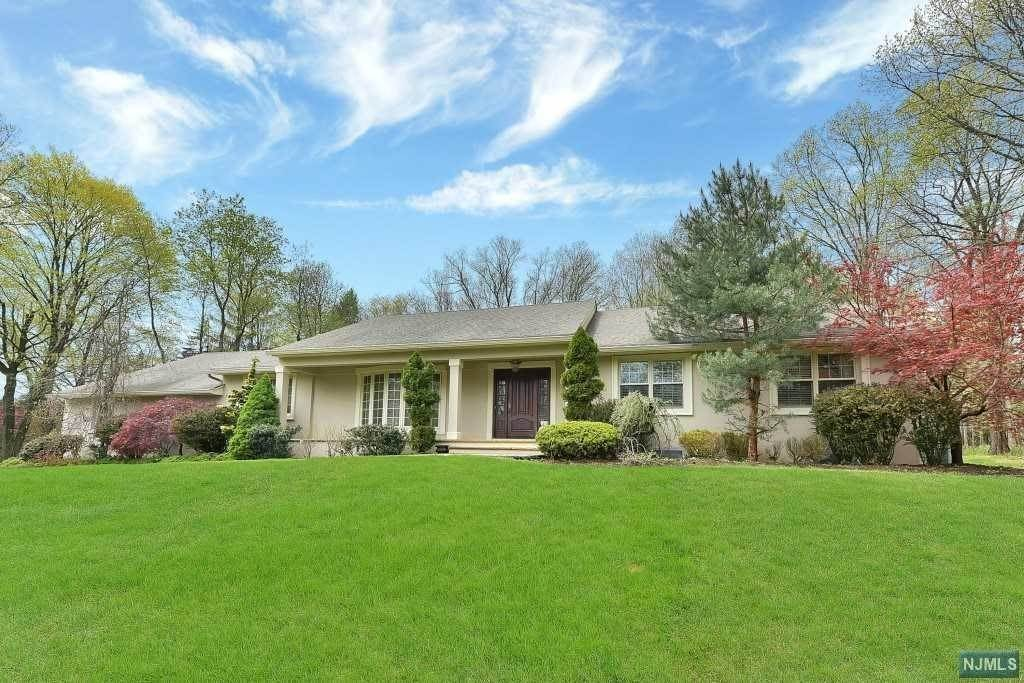 Single Family Home for Sale at 572 Kiowa Drive Franklin Lakes, New Jersey, 07417 United States