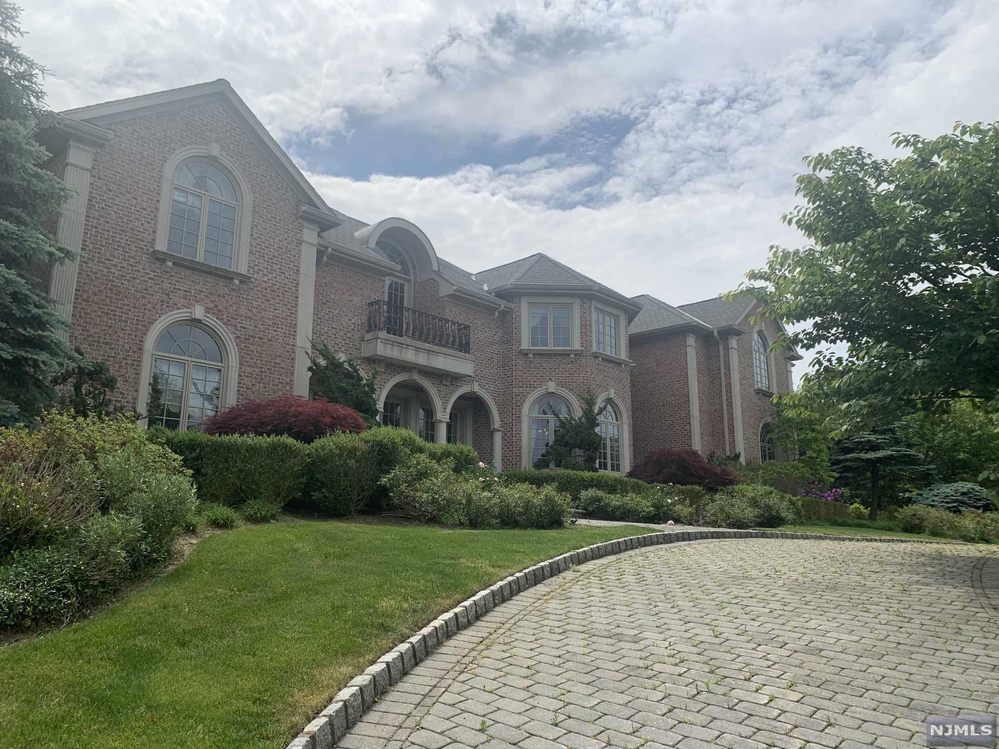 2. Single Family Home for Sale at 110 Hoover Drive Cresskill, New Jersey, 07626 United States
