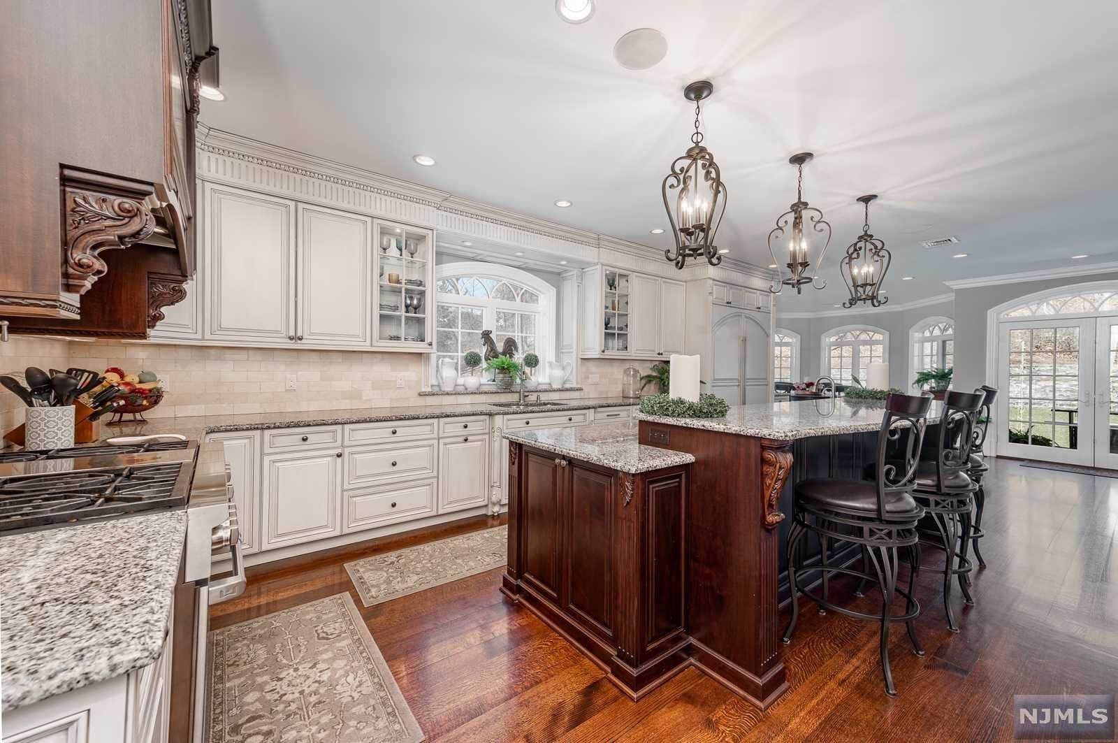 4. Single Family Home for Sale at 243 Glen Place Franklin Lakes, New Jersey, 07417 United States