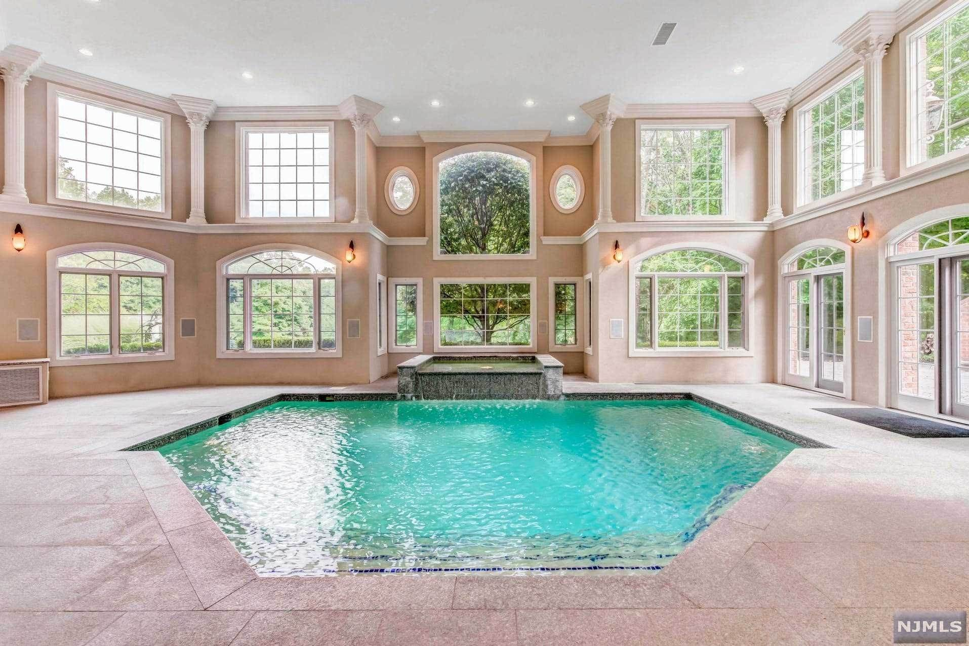 19. Single Family Home for Sale at 14 Shinnecock Trail Franklin Lakes, New Jersey, 07417 United States