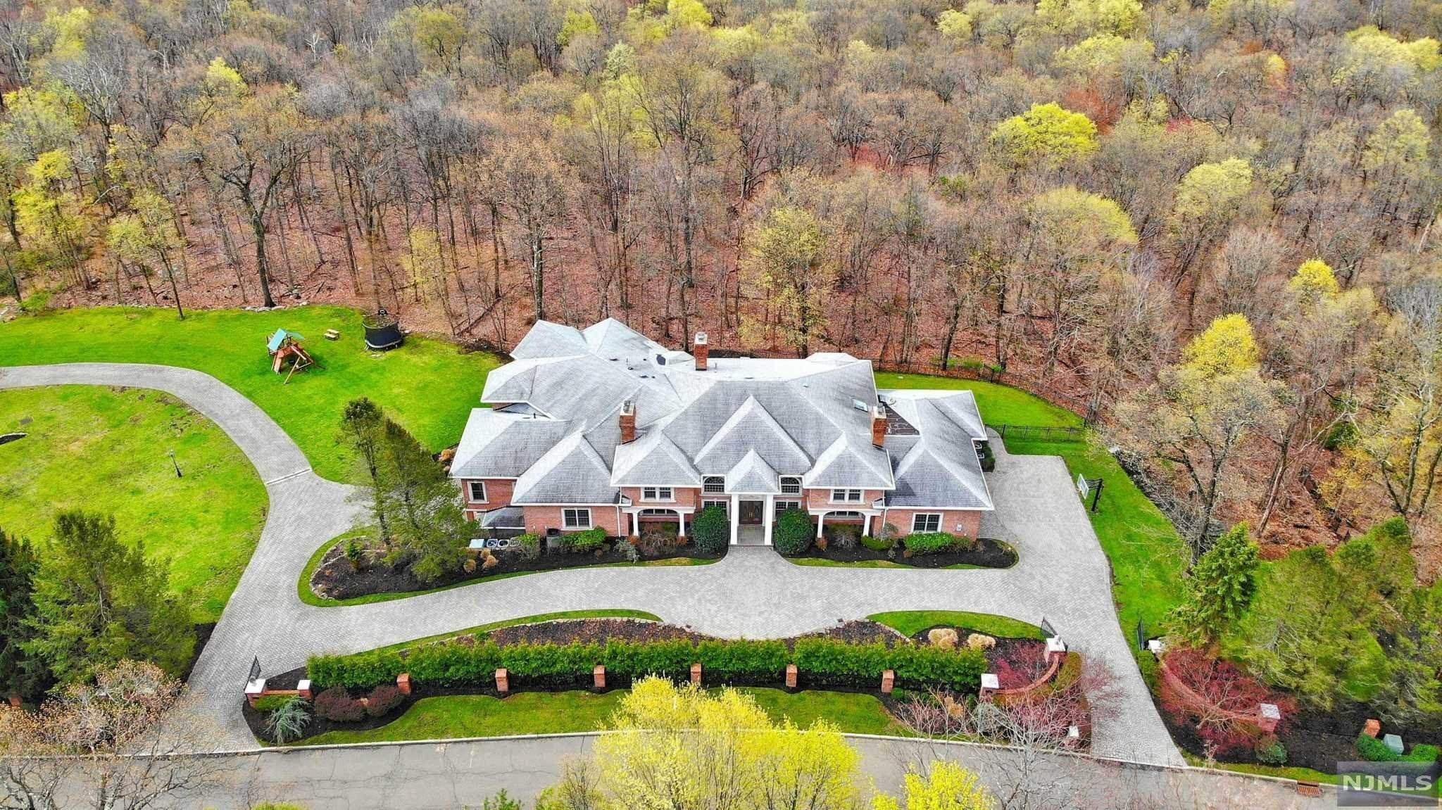 2. Single Family Home for Sale at 14 Shinnecock Trail Franklin Lakes, New Jersey, 07417 United States