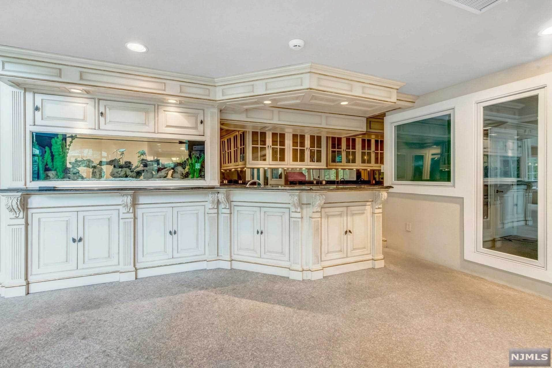 23. Single Family Home for Sale at 14 Shinnecock Trail Franklin Lakes, New Jersey, 07417 United States