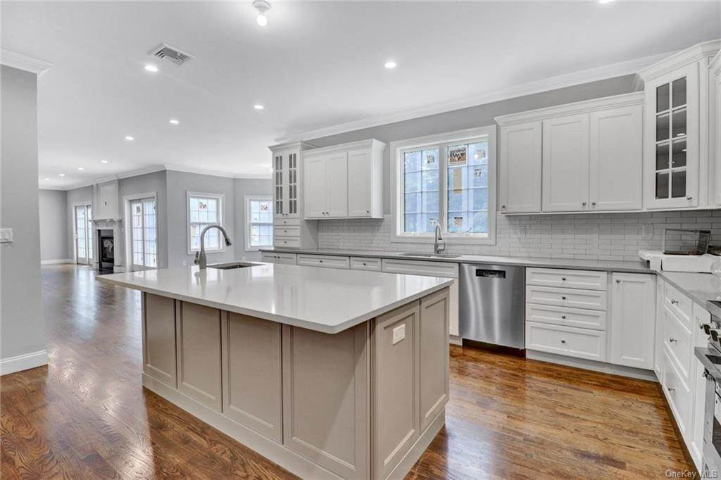 11. Single Family Home for Sale at 13 Stone Meadow Lane Airmont, New York, 10901 United States
