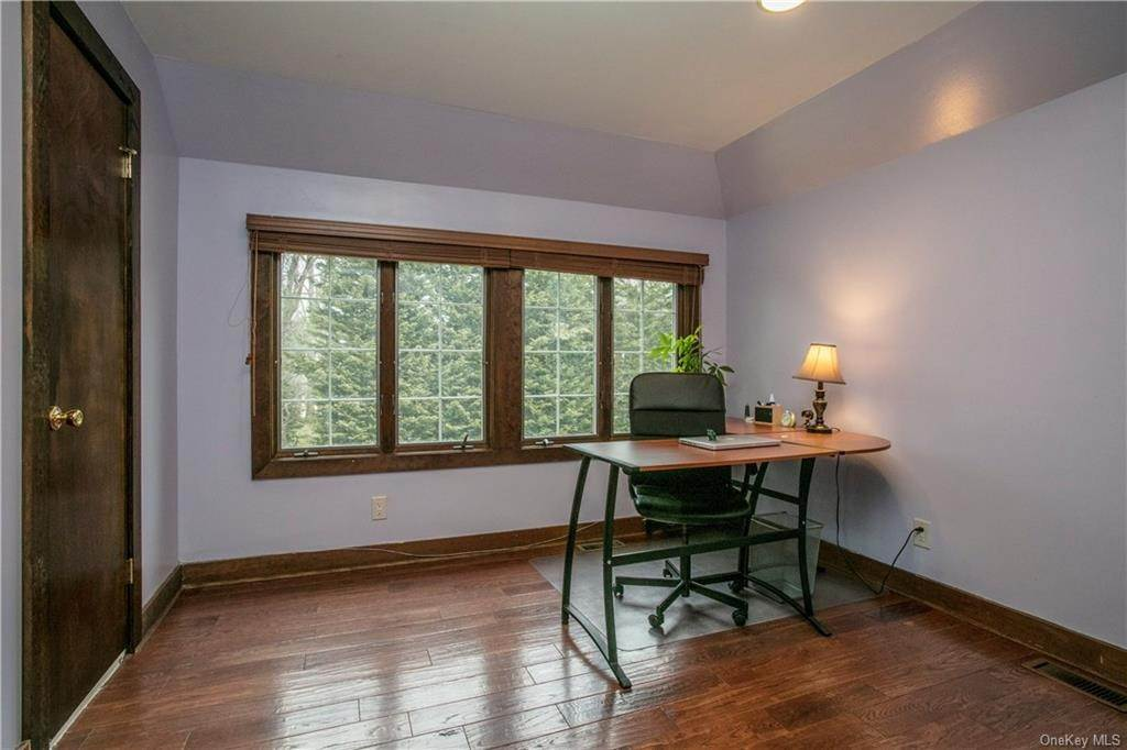 14. Single Family Home for Sale at 225 Rock Creek Lane Scarsdale, New York, 10583 United States