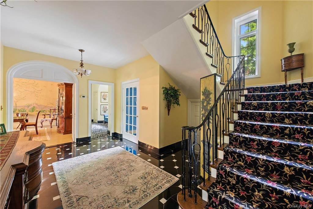 15. Single Family Home for Sale at 35 Durham Road Bronxville, New York, 10708 United States