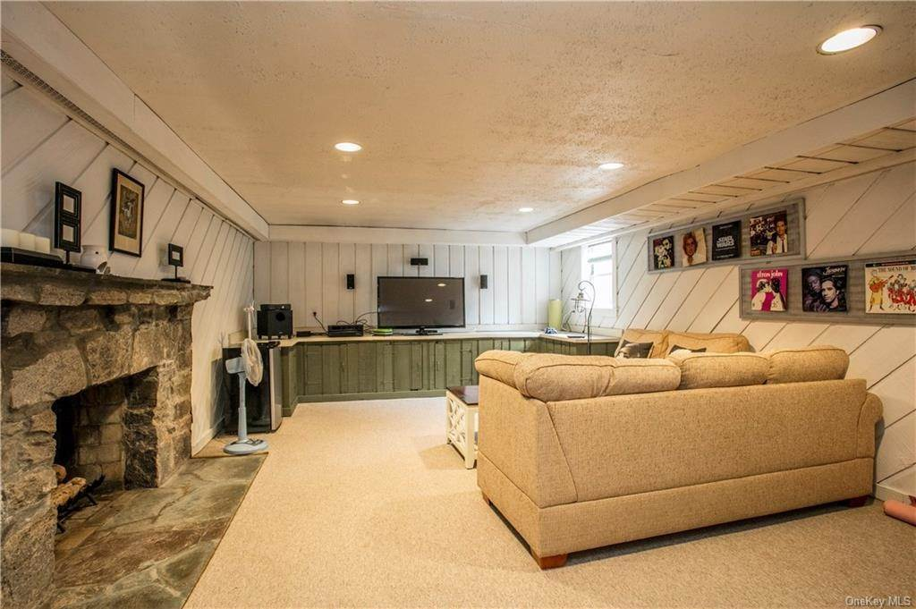 16. Single Family Home for Sale at 225 Rock Creek Lane Scarsdale, New York, 10583 United States