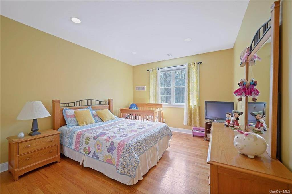 18. Single Family Home for Sale at 1115 Gambelli Drive Yorktown Heights, New York, 10598 United States