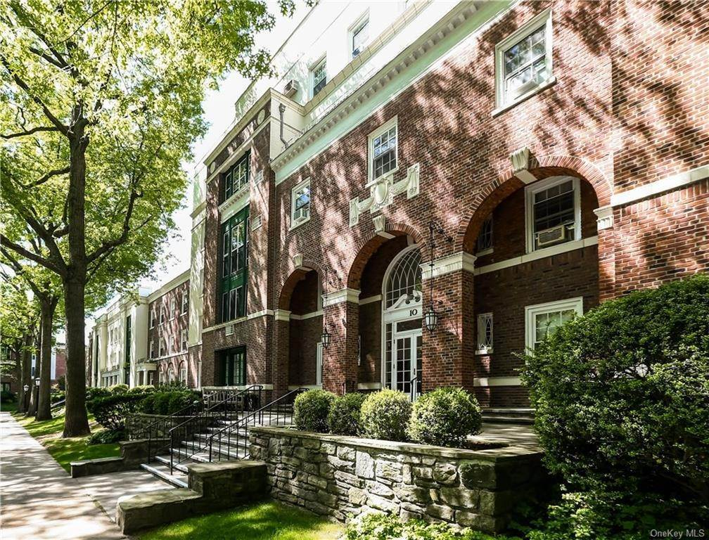 2. Single Family Home for Sale at 10 Brooklands Bronxville, New York, 10708 United States