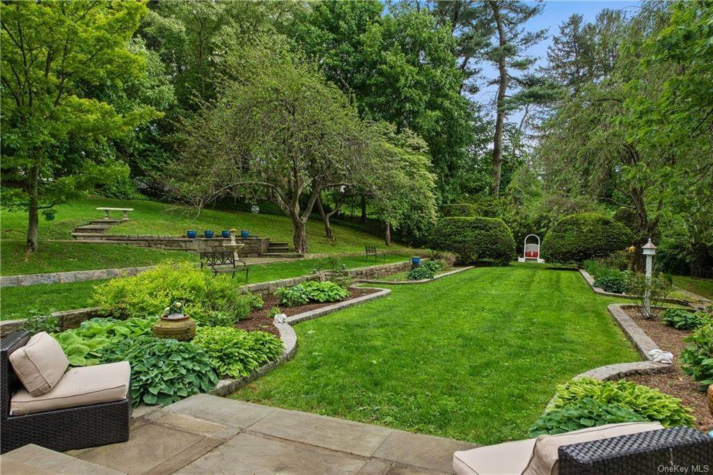 25. Single Family Home for Sale at 35 Durham Road Bronxville, New York, 10708 United States