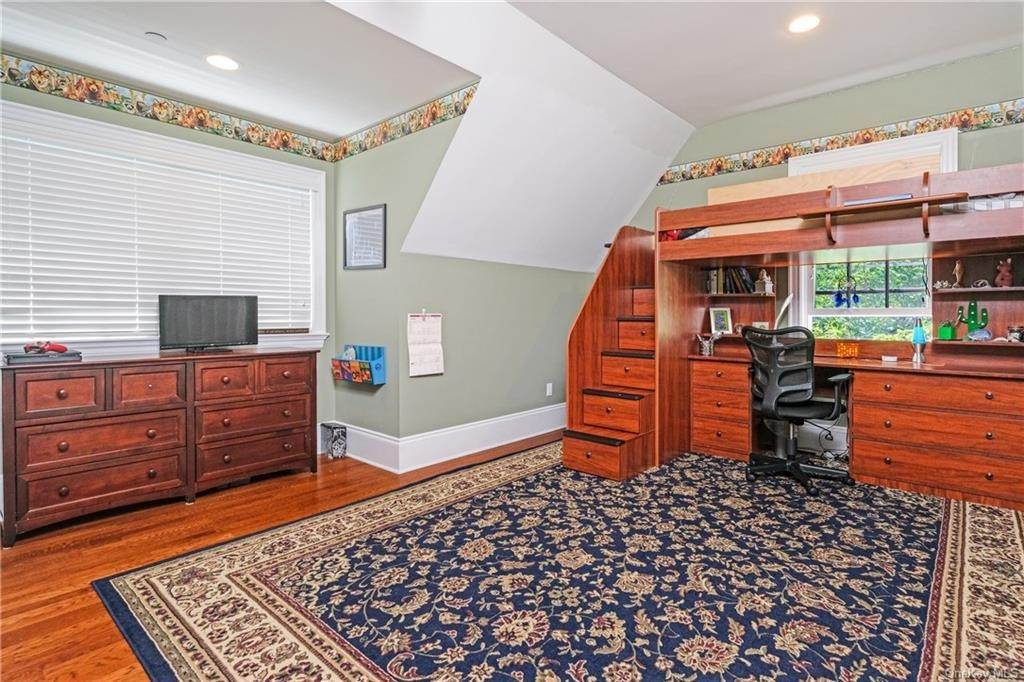 26. Single Family Home for Sale at 8 Roosevelt Place Scarsdale, New York, 10583 United States