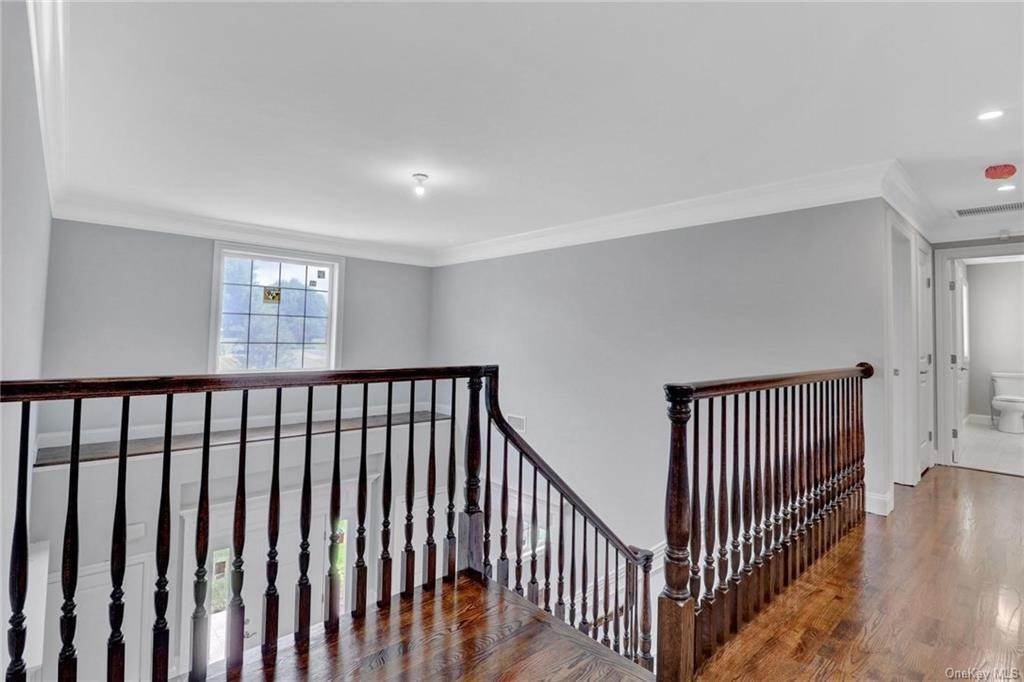 30. Single Family Home for Sale at 13 Stone Meadow Lane Airmont, New York, 10901 United States