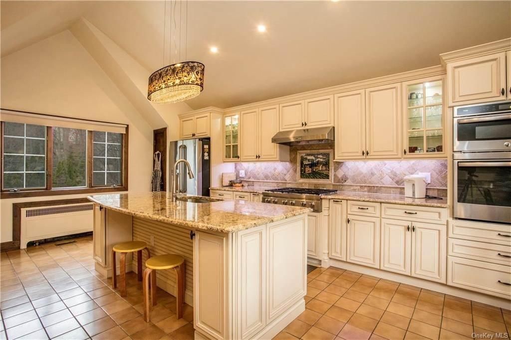 5. Single Family Home for Sale at 225 Rock Creek Lane Scarsdale, New York, 10583 United States
