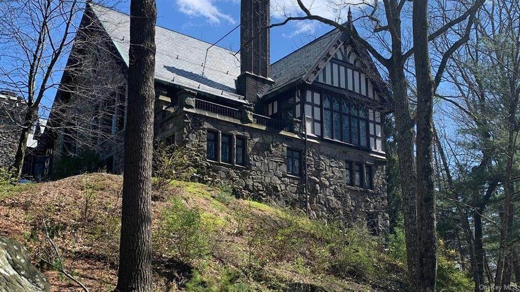 9. Single Family Home for Sale at 61 Crows Nest Road Tuxedo Park, New York, 10987 United States