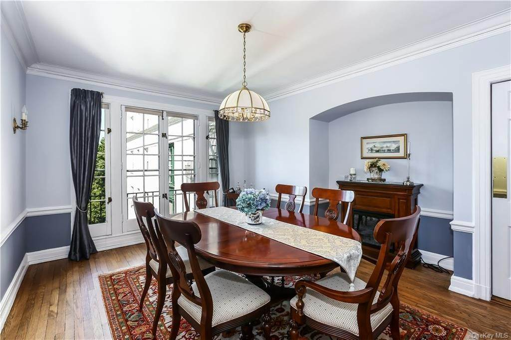 9. Single Family Home for Sale at 10 Brooklands Bronxville, New York, 10708 United States