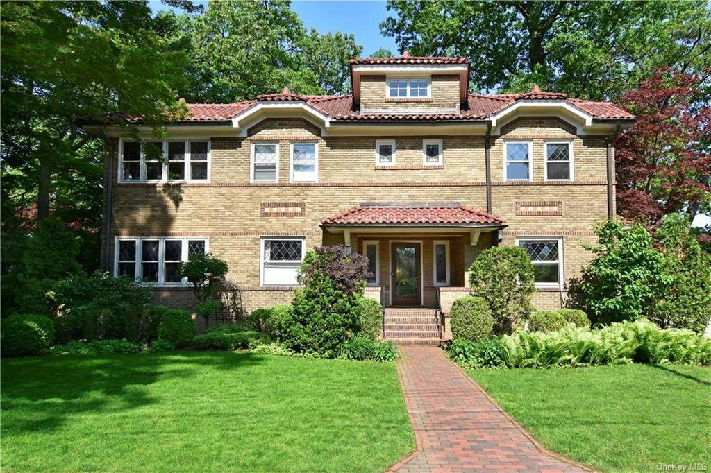 Single Family Home for Sale at 17 Benedict Place Pelham, New York, 10803 United States