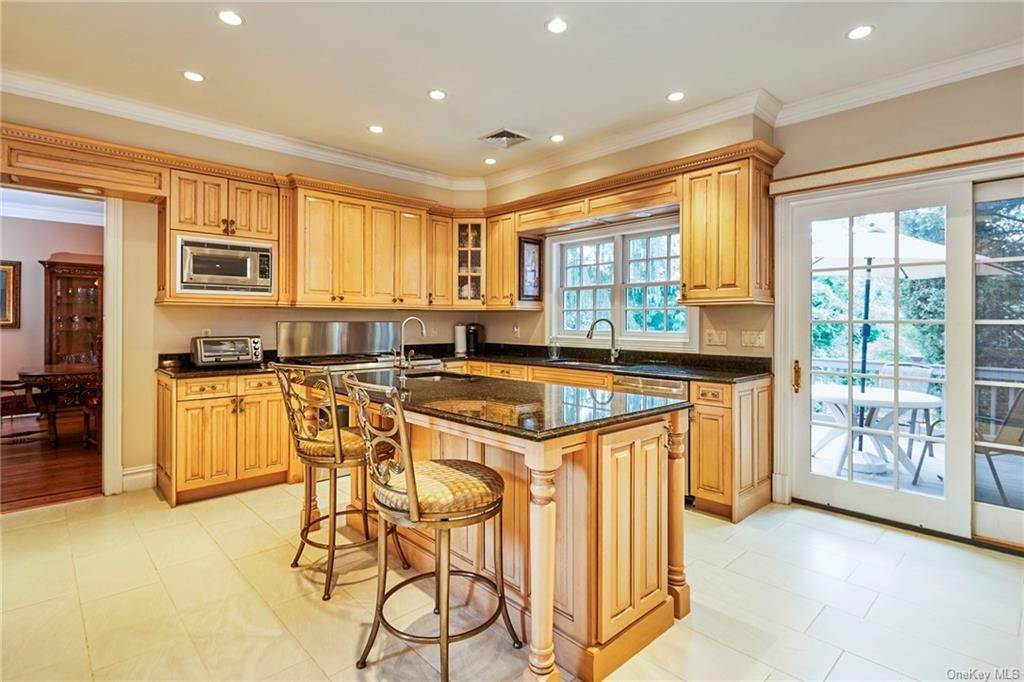 10. Single Family Home for Sale at 3 Mill Pond Lane New Rochelle, New York, 10805 United States