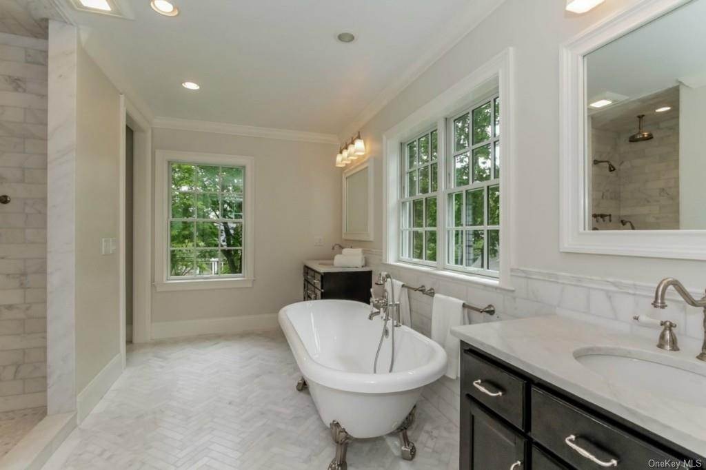 10. Single Family Home for Sale at 3 Meadow Road Scarsdale, New York, 10583 United States