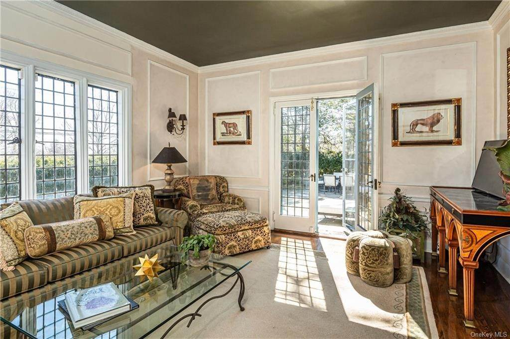 10. Single Family Home for Sale at 14 Courseview Road Bronxville, New York, 10708 United States