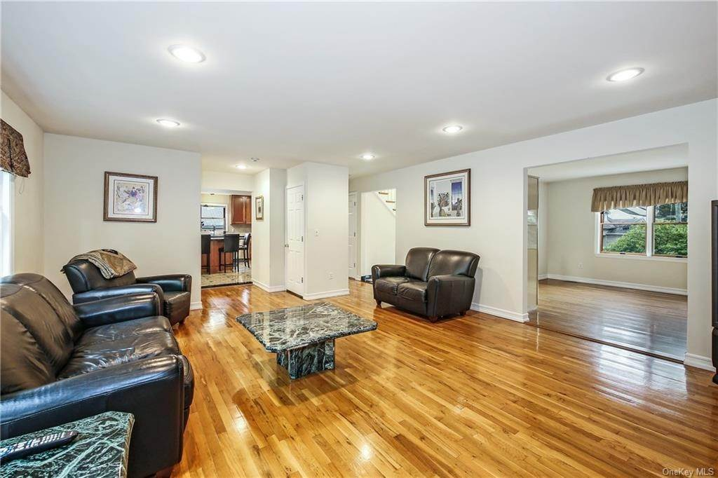 10. Single Family Home for Sale at 104 Bobolink Road Yonkers, New York, 10701 United States