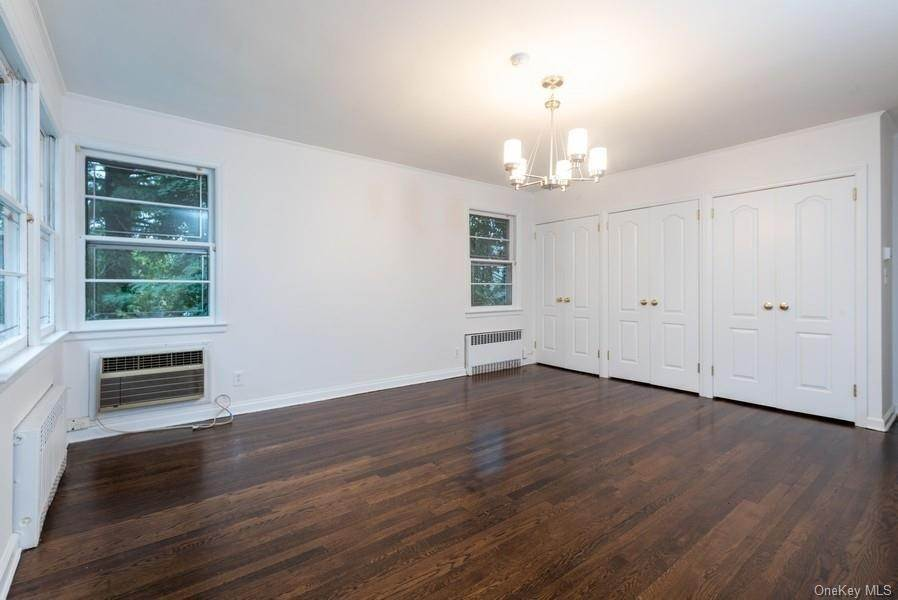 10. Single Family Home for Sale at 10 Manger Circle Pelham, New York, 10803 United States