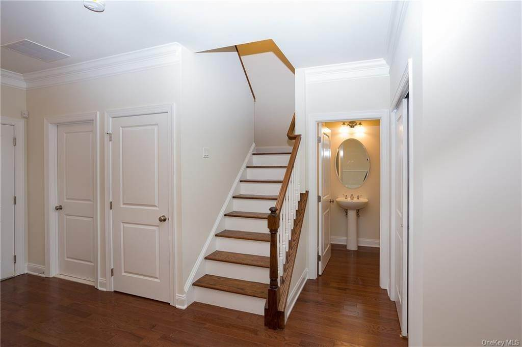 10. Single Family Home for Sale at 5 Bonham Lane Cortlandt Manor, New York, 10567 United States
