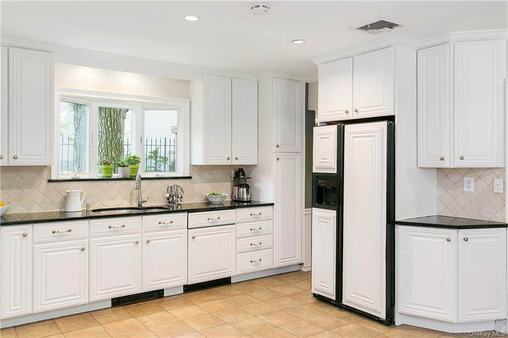 10. Single Family Home for Sale at 10 Hall Avenue Larchmont, New York, 10538 United States