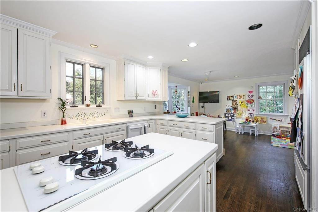 11. Single Family Home for Sale at 1 Hemlock Road Bronxville, New York, 10708 United States