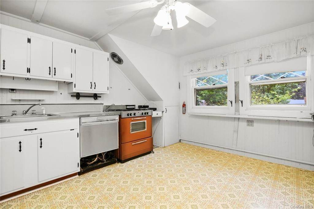 11. Single Family Home for Sale at 39 Potters Lane New Rochelle, New York, 10805 United States