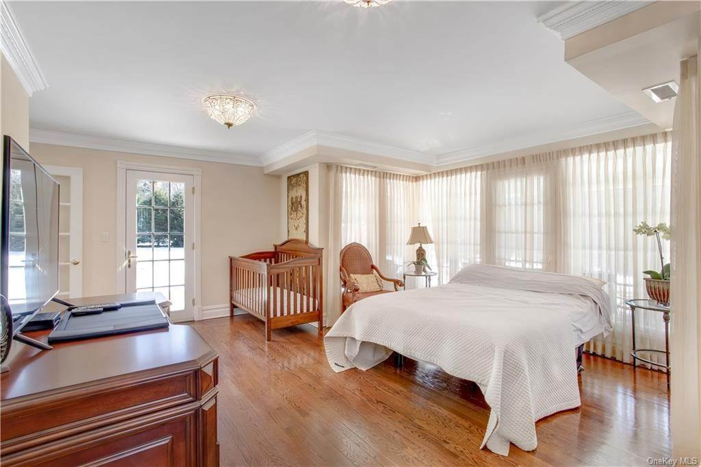 12. Single Family Home for Sale at 4 Meadowbrook Road White Plains, New York, 10605 United States