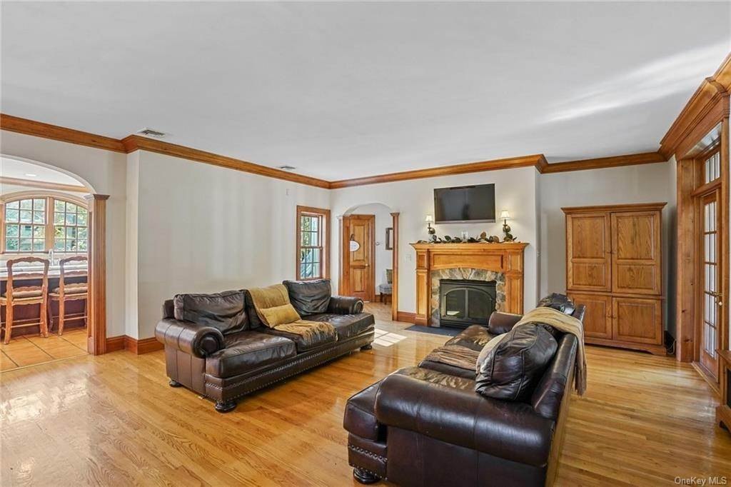 12. Single Family Home for Sale at 10 Greenwich Avenue Central Valley, New York, 10917 United States