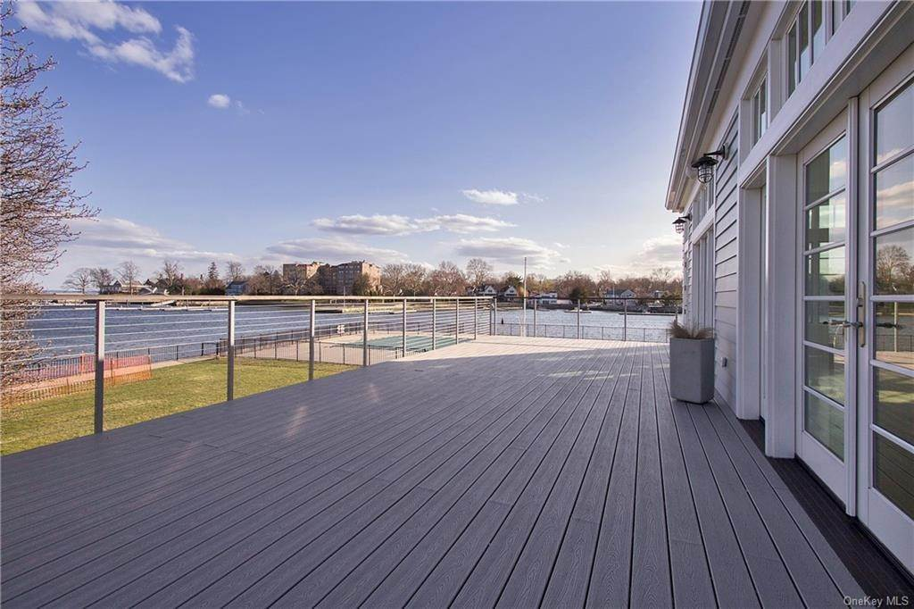 12. Single Family Home for Sale at 561 Shore Acres Drive Mamaroneck, New York, 10543 United States
