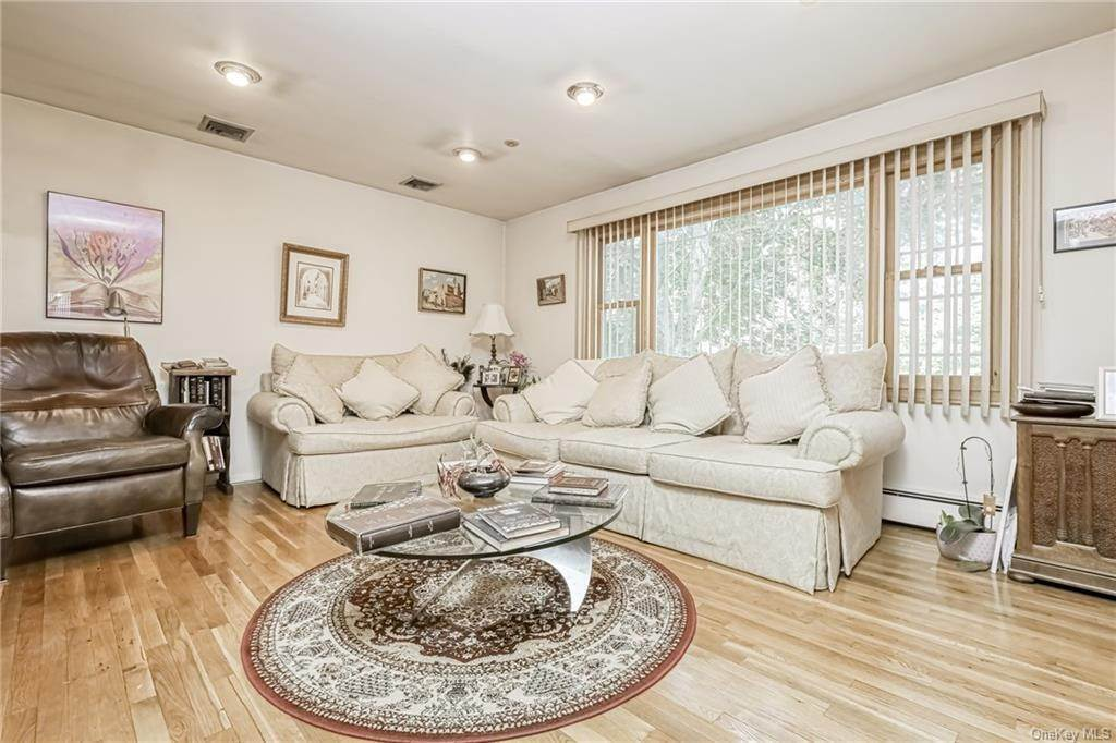 13. Single Family Home 为 销售 在 28 Forshay Road Monsey, 纽约, 10952 美国