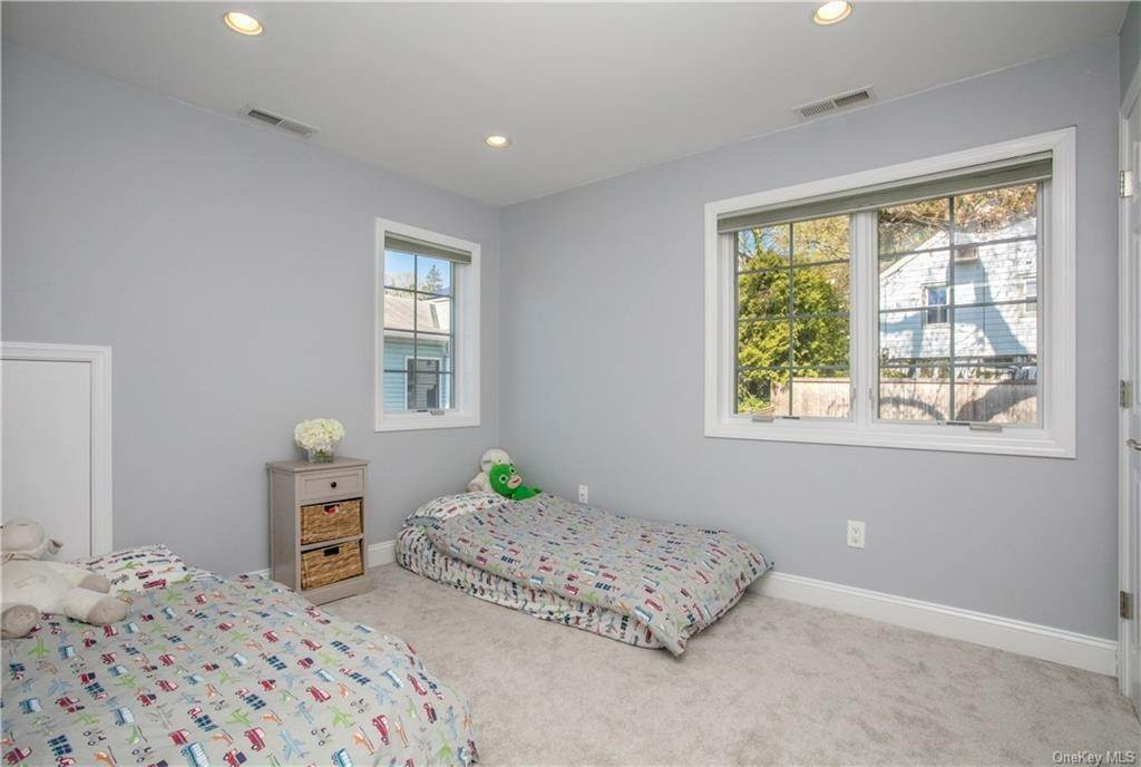 14. Single Family Home for Sale at 52 Sherwood Drive Larchmont, New York, 10538 United States