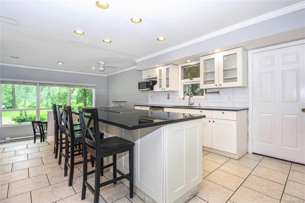 14. Single Family Home for Sale at 25 High Point Lane Scarsdale, New York, 10583 United States