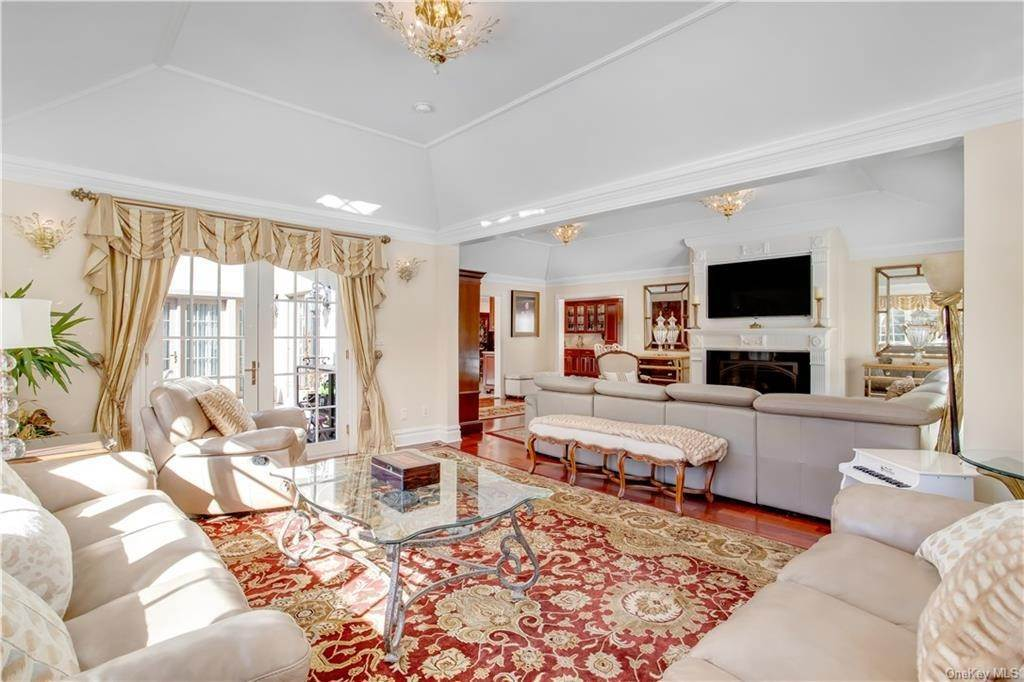 15. Single Family Home for Sale at 4 Meadowbrook Road White Plains, New York, 10605 United States