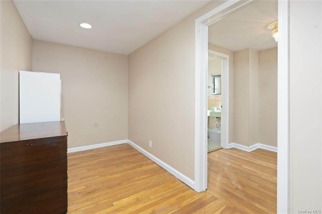 15. Single Family Home for Sale at 160 Woodlands Avenue White Plains, New York, 10607 United States