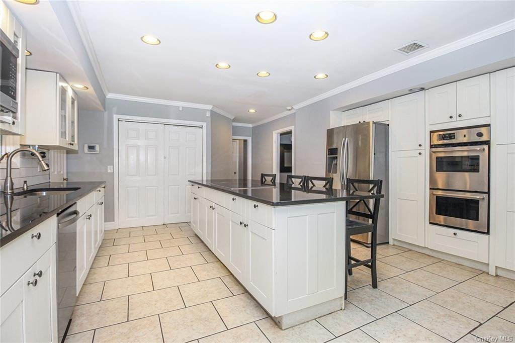 15. Single Family Home for Sale at 25 High Point Lane Scarsdale, New York, 10583 United States