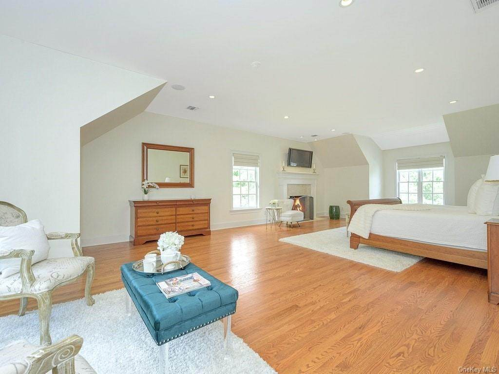 15. Single Family Home for Sale at 4 Thornbrook Lane Bedford, New York, 10506 United States