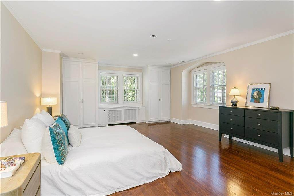 15. Single Family Home for Sale at 10 Hall Avenue Larchmont, New York, 10538 United States