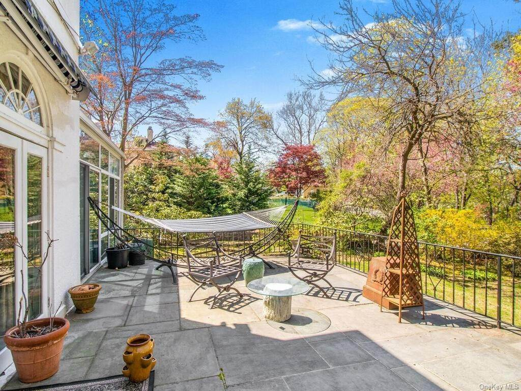 16. Single Family Home for Sale at 62 Cortlandt Avenue New Rochelle, New York, 10801 United States
