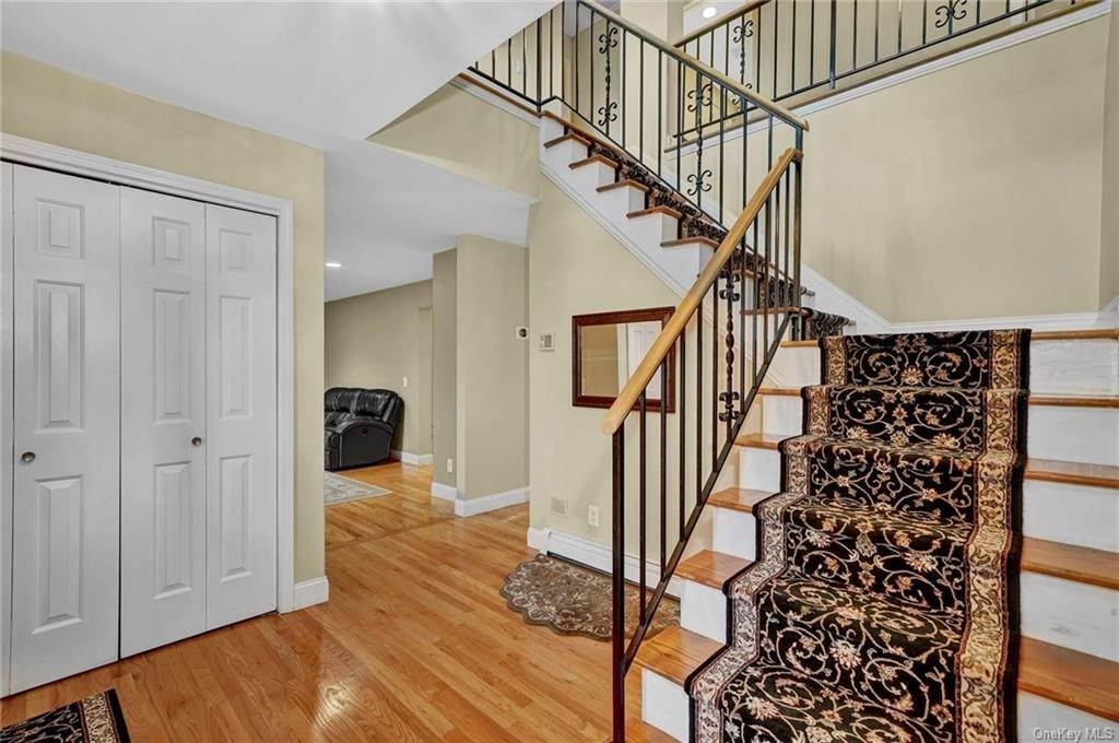17. Single Family Home for Sale at 4 Old Road E Elmsford, New York, 10523 United States