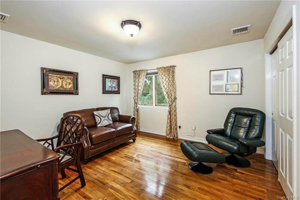 18. Single Family Home for Sale at 104 Bobolink Road Yonkers, New York, 10701 United States