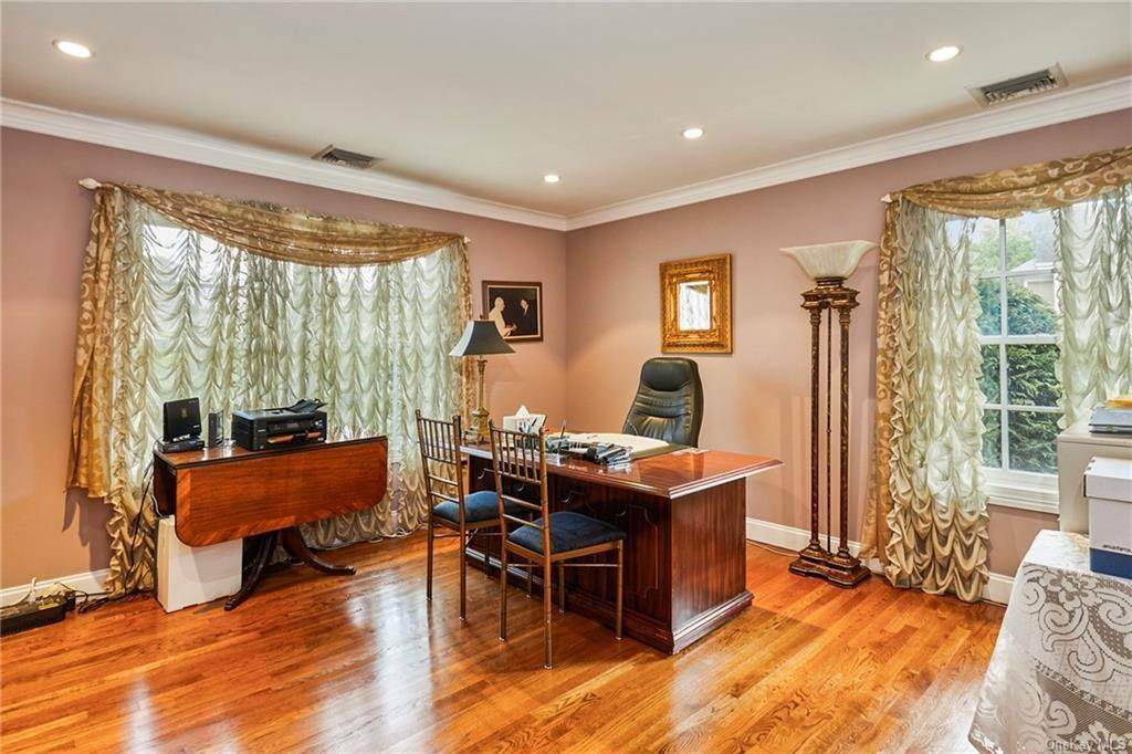 19. Single Family Home for Sale at 3 Mill Pond Lane New Rochelle, New York, 10805 United States