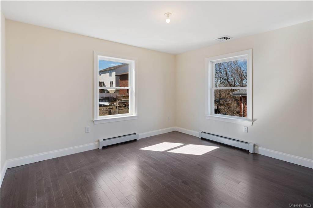 19. Single Family Home for Sale at 12 Drake Place Yonkers, New York, 10710 United States