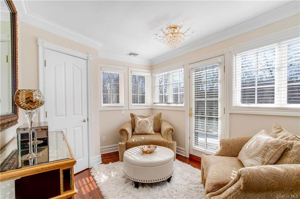 19. Single Family Home for Sale at 4 Meadowbrook Road White Plains, New York, 10605 United States
