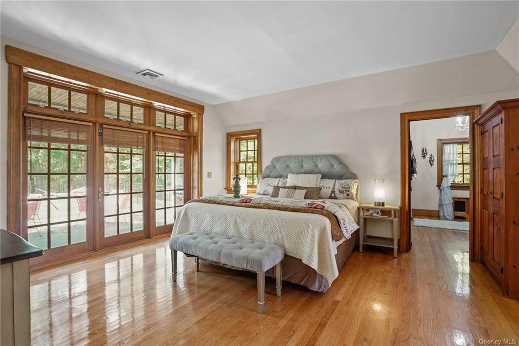 19. Single Family Home for Sale at 10 Greenwich Avenue Central Valley, New York, 10917 United States